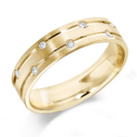 18ct Yellow Gold Gents 6mm Wedding Ring with Parallell Grooves and Set with 7 Alternate Set Diamonds, Total Weight 10pts