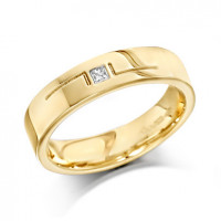 18ct Yellow Gold Gents 5mm Wedding Ring with L-Shape Pattern and Set with Single 5pt Princess Cut Diamond