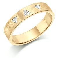 18ct Yellow Gold Ladies 4mm Wedding Ring Set with 3 Triangle Diamonds, Total Weight 9pts