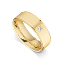 18ct Yellow Gold Gents Flat Court Wedding Ring with a Grooved Edge Set with 0.053ct of Princess Cut Diamond in the Centre